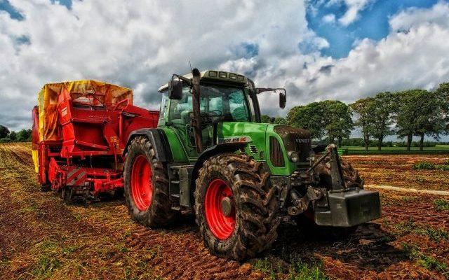 ciągnik z maszyną do kopania ziemniaków